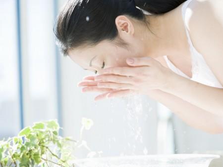 お水で目を洗う際の注意