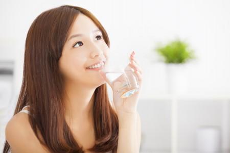 ニキビ改善には適切な量の水分を
